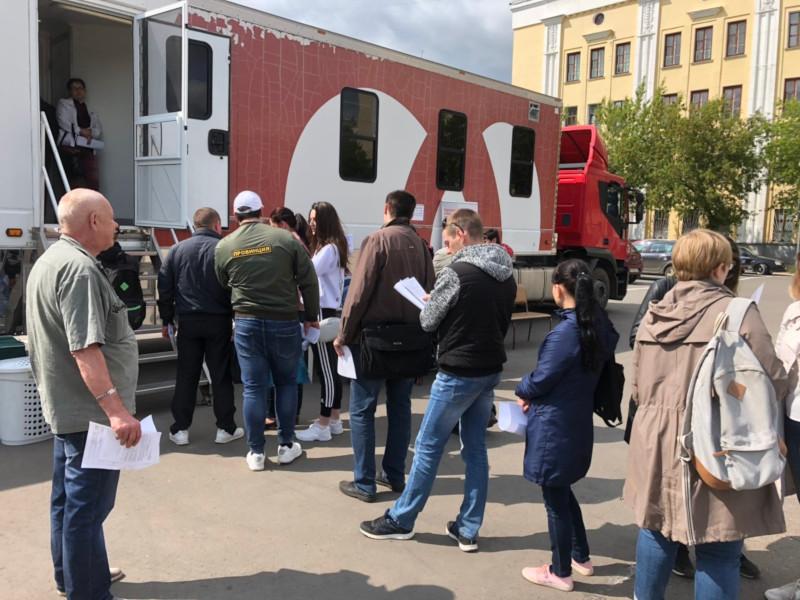 Вы просматриваете фотографии из материала: Акция «Стань донором крови» на Театральной площади 4 и 5 июня 2019 г.