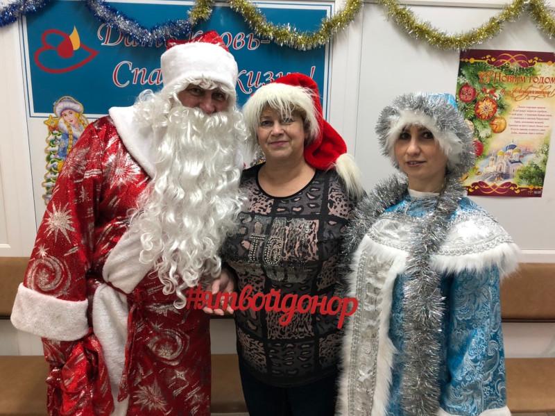 Вы просматриваете фотографии из материала: 28 декабря в Центре крови всех желающих сдать кровь встречали Дед Мороз и Снегурочка
