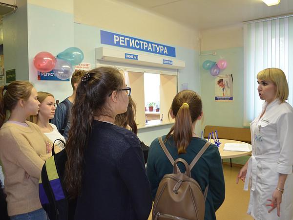 Вы просматриваете фотографии из материала: В Кировском центре крови провели «День открытых дверей» для лицеистов